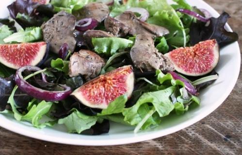 Salade met kippenlevertjes en verse vijgen