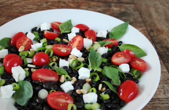 Salade met zwarte bonen, feta, tomaat en basilicum 2