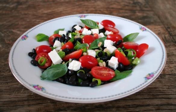 Salade met zwarte bonen, feta, tomaat en basilicum