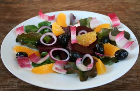 Salade van rode biet, sinaasappel en zwarte olijven 1