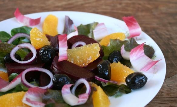 Salade van rode biet, sinaasappel en zwarte olijven