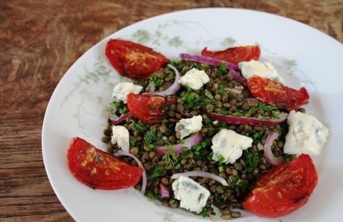 Ottolenghi's salade met linzen, tomaten en gorgonzola