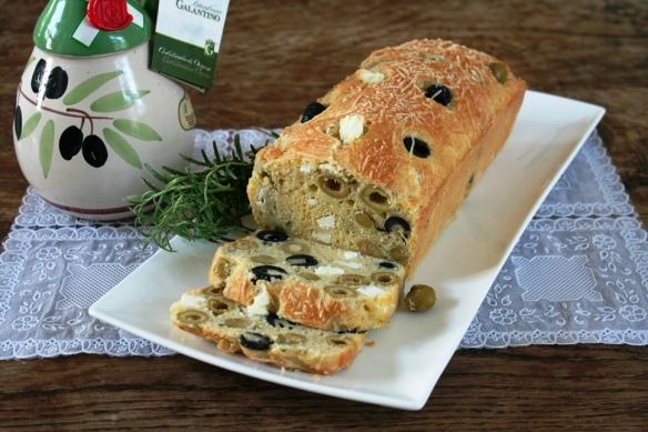 Hartige cake met feta en olijven 2