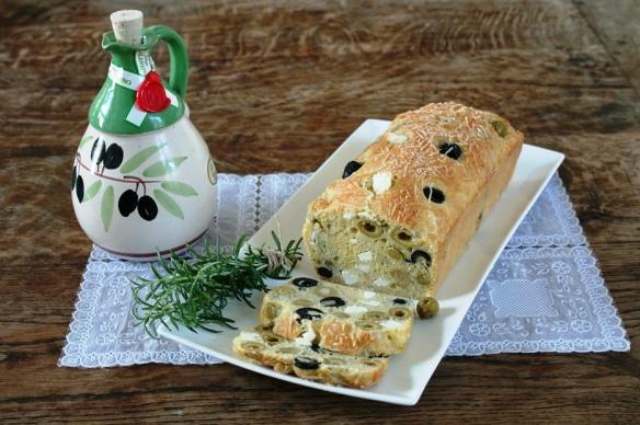 Hartige cake met feta en olijven