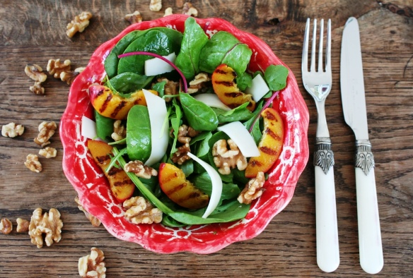 Salade met gegrilde nectarine en geitenkaas
