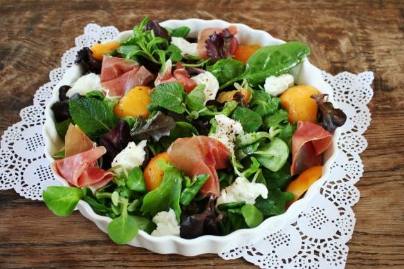 salade met perzik, munt, mozarella en prosciutto