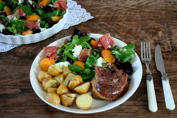 Salade mozarella, munt, perzik en prosciutto