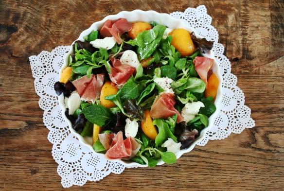 Salade munt perzik prosciutto en mozarella