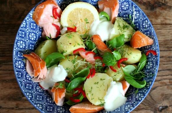 close up salade lauwwarme salade met vers gerookte zalm en nieuwe aardappeltjes