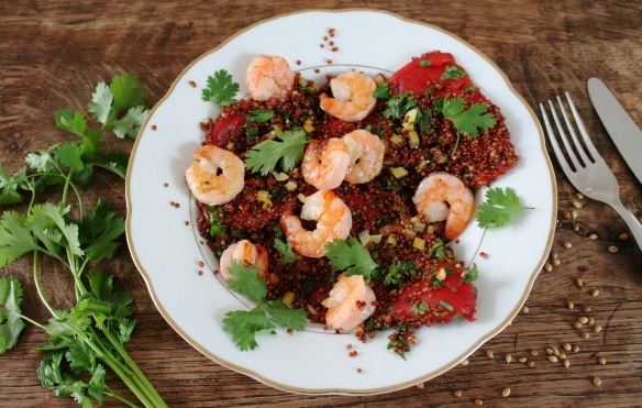 Rode quinoa met gegrilde garnalen en ingemaakte citroen