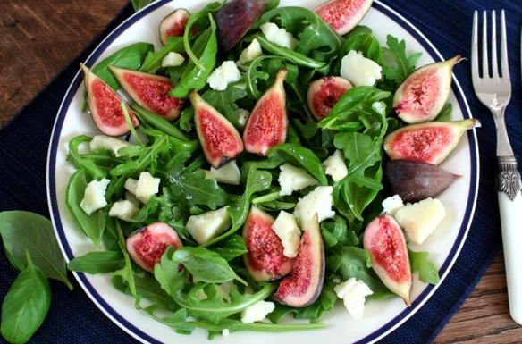 Salade met vijgen en jonge pecorino close up
