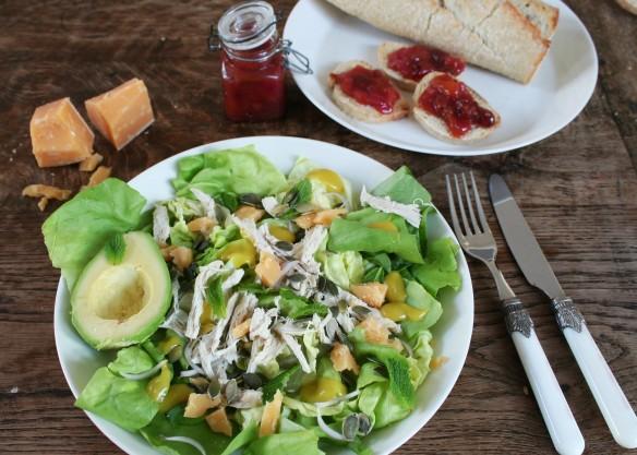Salade met kip, avocado en Hollandse brokkelkaas