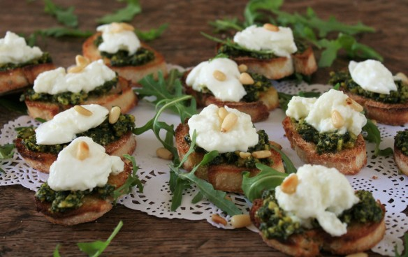 crostini's met homemade pesto en buffelmozarella 052 (2)