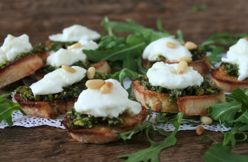 crostini's met homemade pesto en buffelmozarella 110 (2)