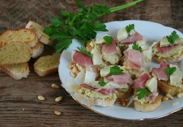 crostini's met artisjokpaté en rauwe ham